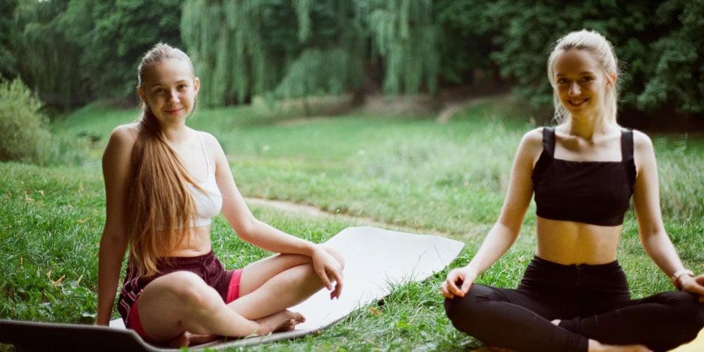 Come calmare un bambino ansioso ragazze fanno yoga