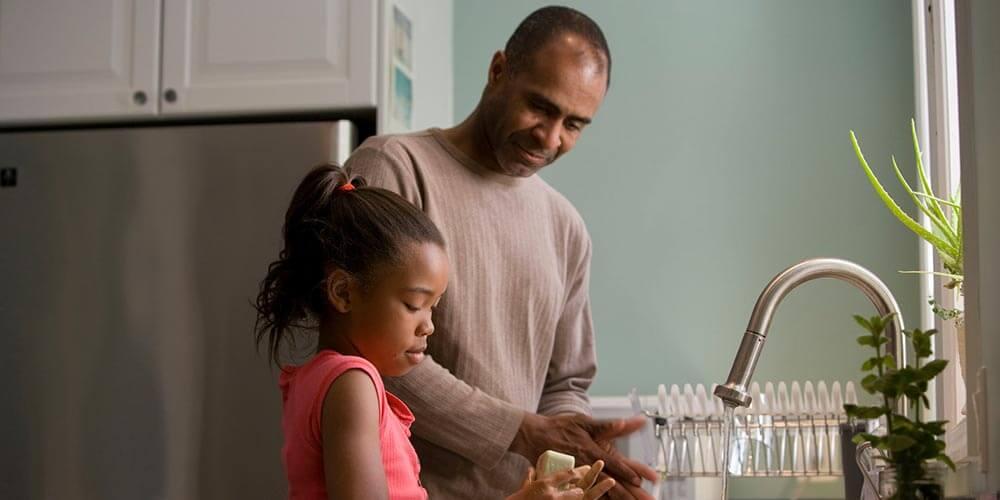 Come essere un genitore migliore papà e figlia in cucina