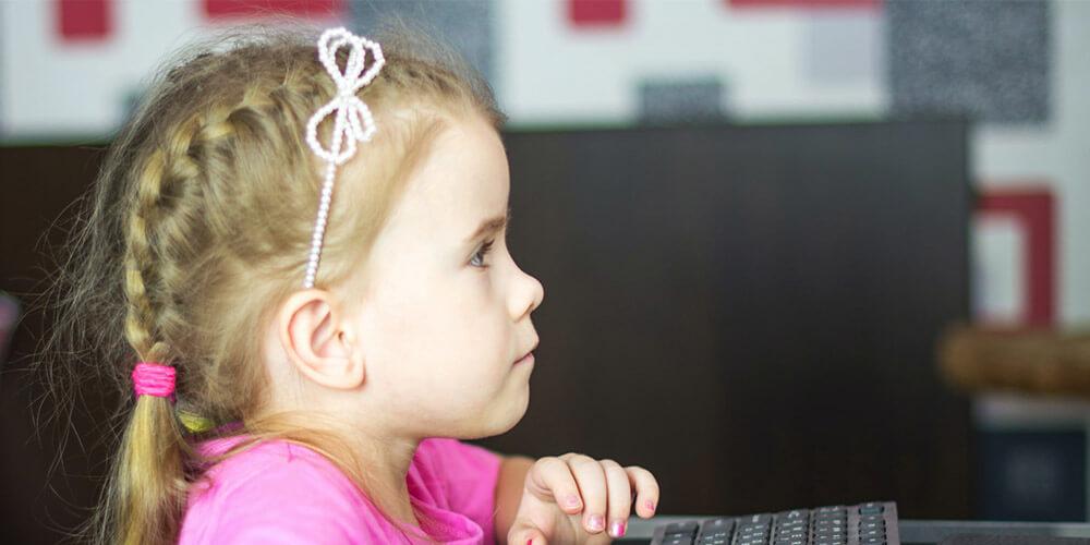 Come proteggere i bambini su internet bambina alla tastiera