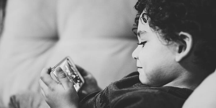 Enfant devant smartphone