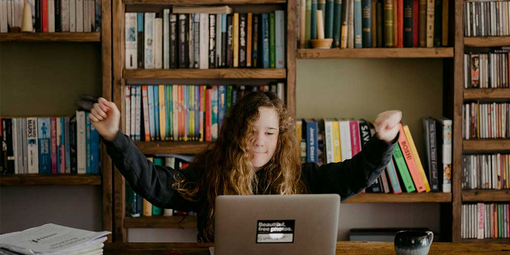 niña estudiante estudiando online