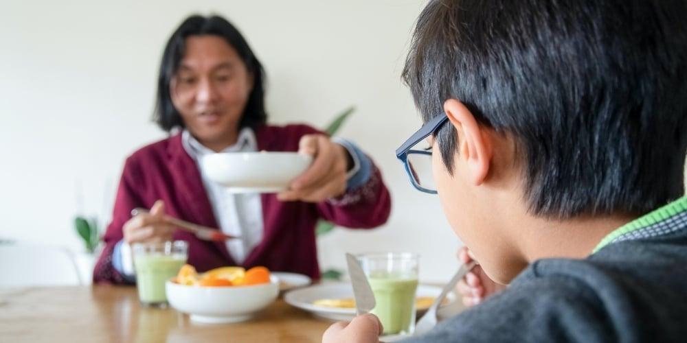 estudiante comiendo tca