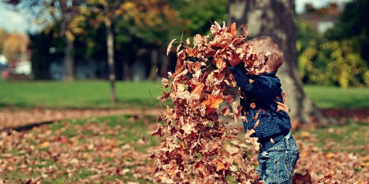 Enfant jouant au parc motricité