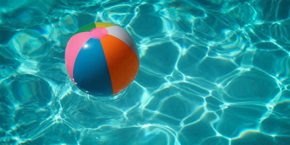 Ballon et piscine