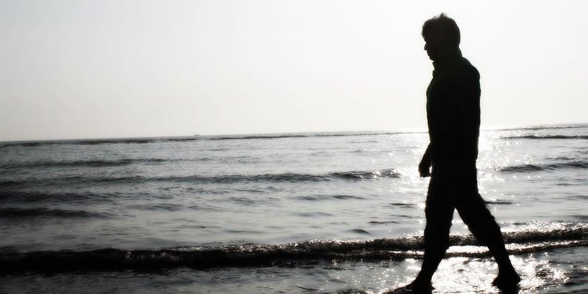 come_aiutare_un_ragazzo_asperger_ragazzo_spiaggia