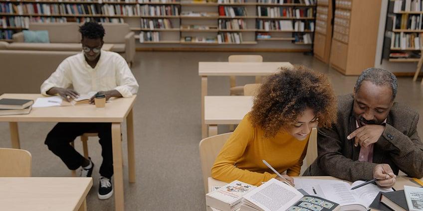 come_studiare_per_una_verifica_ragazza_professore_biblioteca