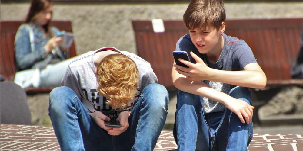 cos'è il cyberbullismo ragazzi al telefono