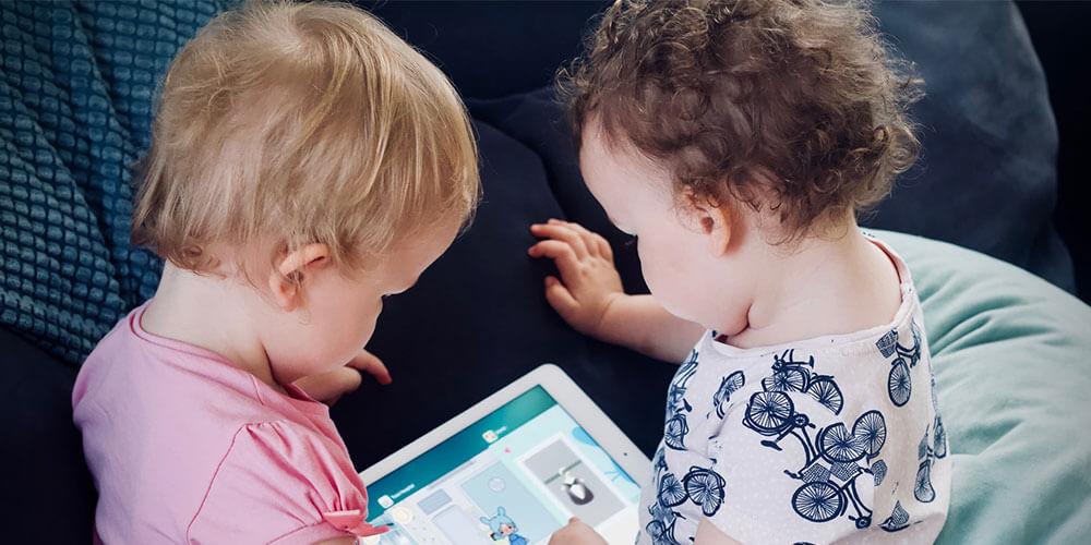 effetti della tecnologia sugli adolescenti due bimbi con tablet