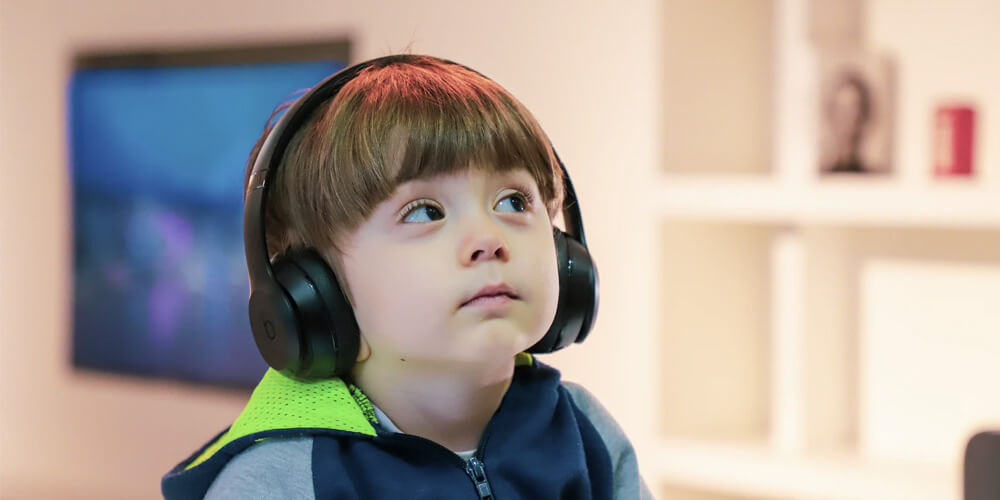 migliori strategie di insegnamento per bambini con autismo bambino con cuffie
