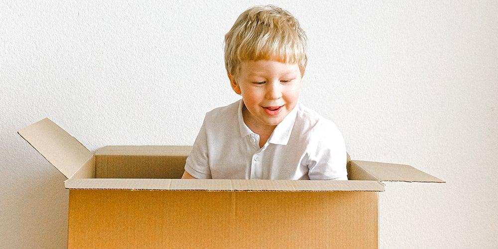 junge-sitzt-in-box