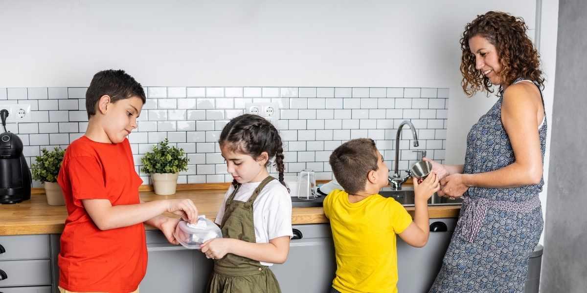 enfant aider maison