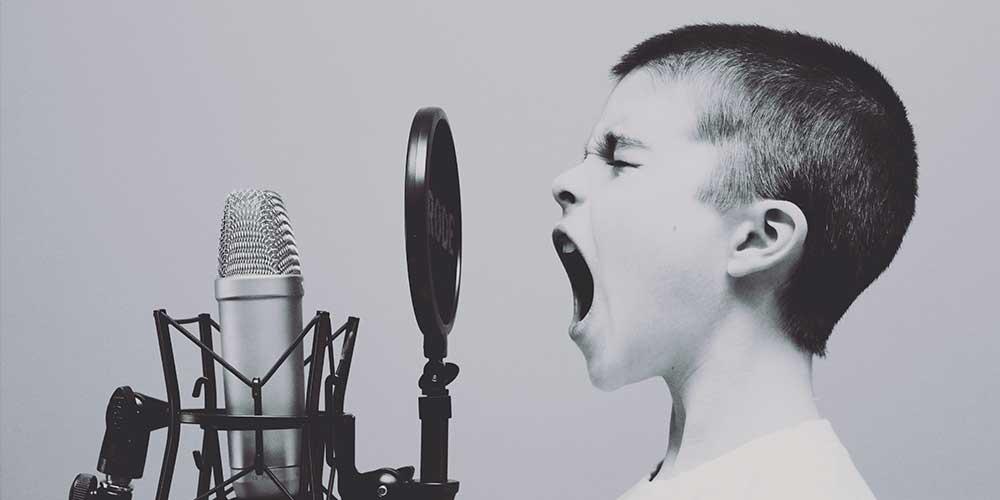 aider-un-enfant-qui-parle-trop